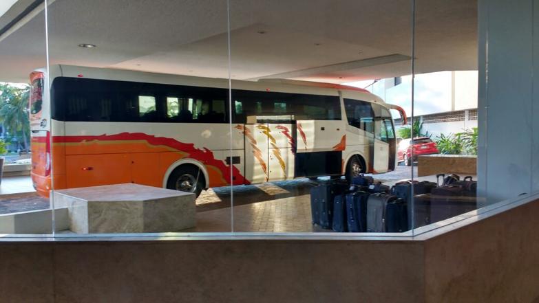 Oficcionas y vista de autobus